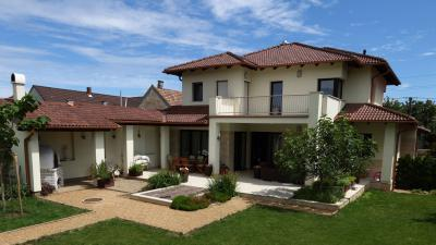 Modern családi ház beton tetőcseréppel - tető ötlet, modern stílusban