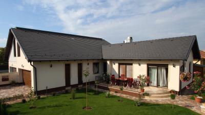 Lakóház beton tetőcseréppel - tető ötlet, modern stílusban