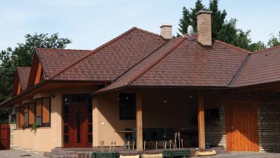 Hangulatos lakóház beton tetőcserepekkel - tető ötlet, klasszikus stílusban