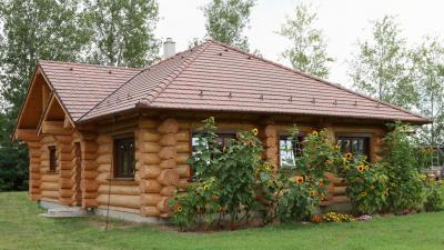 Rönkház beton tetőcseréppel - tető ötlet, rusztikus stílusban