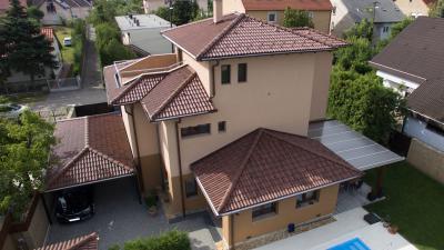 Nagy tetőfelület beton tetőcserpekkel - tető ötlet, modern stílusban