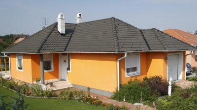 Sága homlokzat fekete tetővel - tető ötlet, modern stílusban