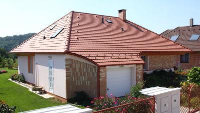 Piros beton tetőcserép - tető ötlet, modern stílusban
