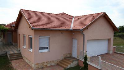 Hagyományos tető betoncserepekkel - tető ötlet, modern stílusban