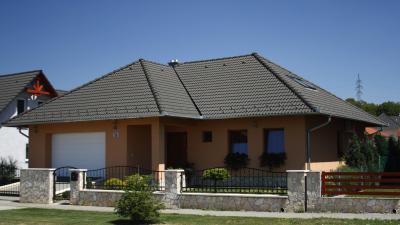 Sötét színű beton tetőcserepek - tető ötlet, modern stílusban