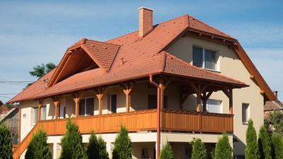 Hagyományos megjelenésű beton tetőcserepek - tető ötlet, rusztikus stílusban