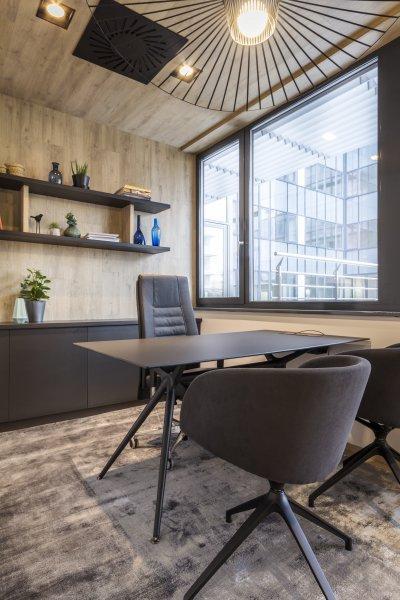 Meleg hangulatú iroda - dolgozószoba ötlet, modern stílusban