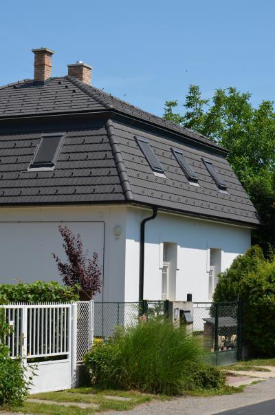 Sötét színű beton tetőcserepek a klasszikus lakóházon - tető ötlet, klasszikus stílusban