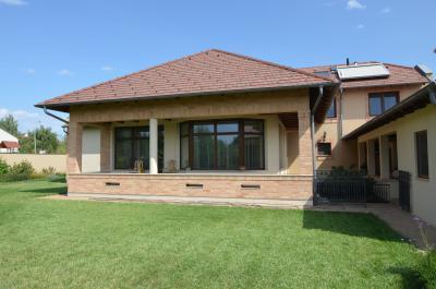 Modern lakóház betoncserép tetővel - tető ötlet, modern stílusban