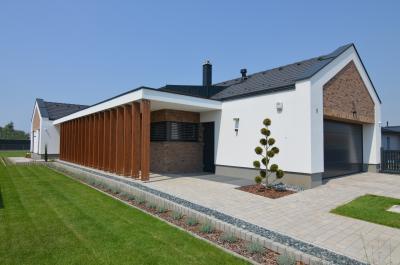 Modern lakóház sötét színű beton tetőcseréppel - tető ötlet, modern stílusban