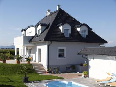 Magastetős családi ház beton tetőcserepekkel - tető ötlet, klasszikus stílusban