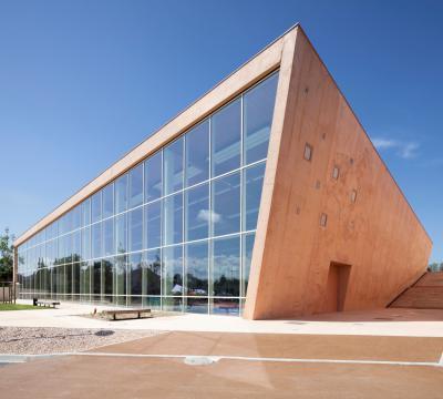 Lapostetős épület - tető ötlet, modern stílusban