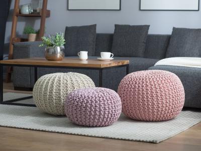 Kényelmes kötött puffok - nappali ötlet, modern stílusban