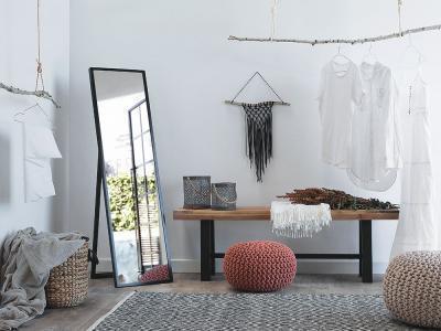 Nagyméretű állótükör a gardróbban - nappali ötlet, modern stílusban