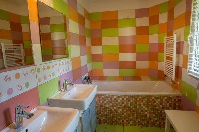 gyerekfürdőszoba - fürdő / WC ötlet, modern stílusban