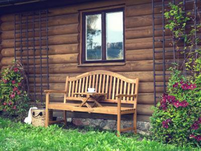 Rusztikus tömörfa kerti pad - erkély / terasz ötlet, rusztikus stílusban