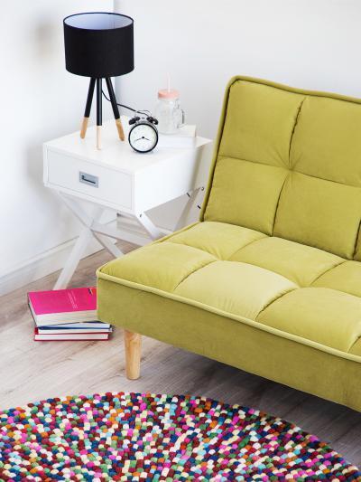 Színes, kerek szőnyeg - nappali ötlet, modern stílusban