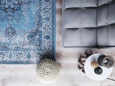Kék mintás szőnyeg - nappali ötlet, modern stílusban