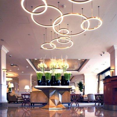 Egyedileg gyártott világítás - bejárat ötlet, modern stílusban