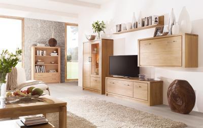 Ötletes tárolás tömörfa bútorokkal - nappali ötlet, modern stílusban