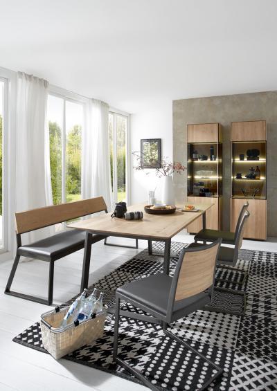 Kárpitozott tömörfa székek az étkezőben - nappali ötlet, modern stílusban