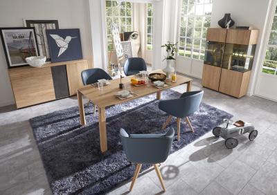 Tömörfa bútorok látványos kiegészítő elemekkel - nappali ötlet, modern stílusban