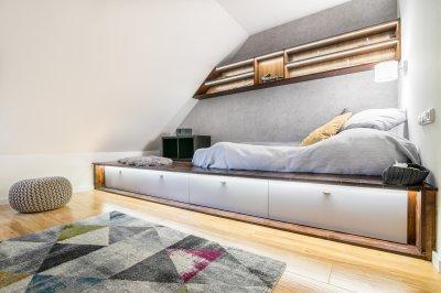 Dobogós ágy dekor világítással - gyerekszoba ötlet