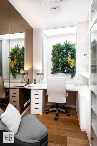 5 m2-es iroda kilátással a lichthofban létrehozott zöld falra - dolgozószoba ötlet, modern stílusban