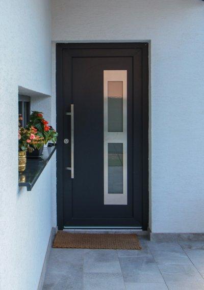 Műanyag bejárati ajtó HPL panellel - bejárat ötlet, modern stílusban