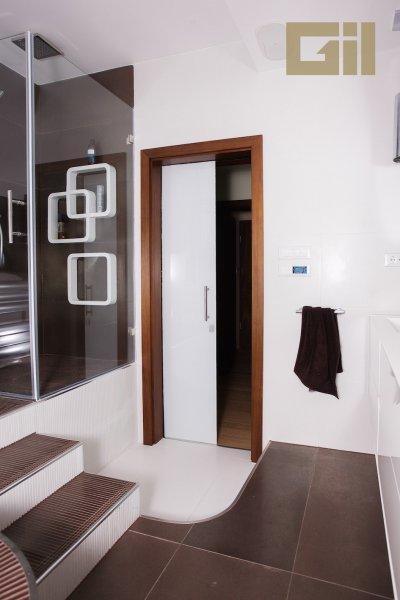 Üveglapos tolóajtó - fürdő / WC ötlet, modern stílusban