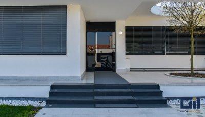 Bejárati ajtó, zsaluziák - bejárat ötlet, modern stílusban