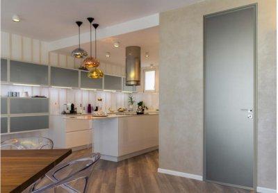 Alukeretes beltéri ajtó, alumínium polcrendszer - konyha / étkező ötlet, modern stílusban