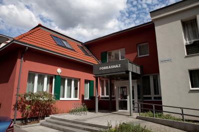 Panelszerű épület bővítése - Forrásház Gondozási Központ - homlokzat ötlet, modern stílusban