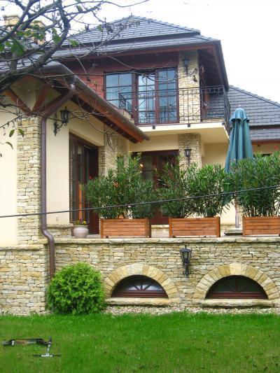 Családi ház, társasházi lakás fenntartási költségeivel  - homlokzat ötlet, klasszikus stílusban