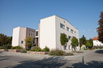 Tiszta, hagyományos építészi jelleg és geometrikus formák  - Egészségközpont - homlokzat ötlet, modern stílusban