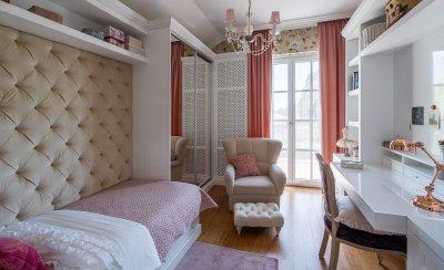 Romantikus lányszoba fehér-bézs-rózsaszínnel, beépített bútorokkal - gyerekszoba ötlet, klasszikus stílusban