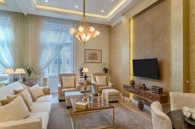 Belvárosi nappali arany-bézs színekben - nappali ötlet, klasszikus stílusban