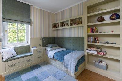 Gyerekszoba beépített bútorokkal családi házban - gyerekszoba ötlet