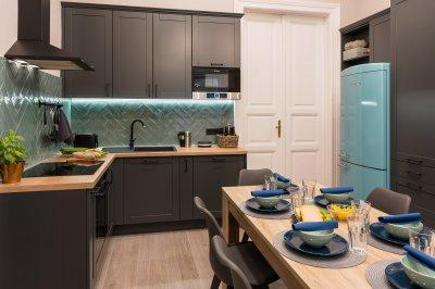 Belvárosi lakás étkező-konyhája méretre gyártott antracit szürke konyhabútorral - konyha / étkező ötlet, modern stílusban
