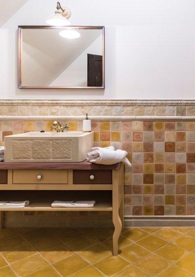 Rusztikus Otti mozaikok egy fürdőszobában beton kézmosóval. Egyedi, élhető, hangulatos. - fürdő / WC ötlet