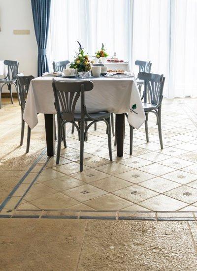 Terrakotta, terrazzó lapokkal díszített ebédlő az Otti Manufacturától - konyha / étkező ötlet