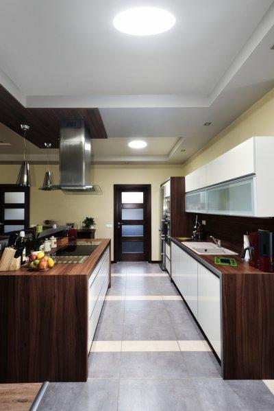 Barátságos konyha a földszinten - konyha / étkező ötlet, modern stílusban