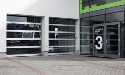 Üvegezett szekcionált kapu - garázs ötlet, modern stílusban