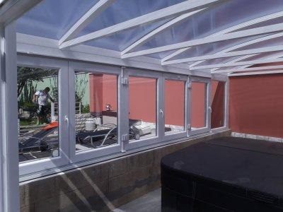 Télikert íves tetővel - erkély / terasz ötlet, modern stílusban