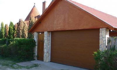 Tornyos ház garázsa - garázs ötlet, modern stílusban