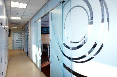 Üvegfal térelválasztó dolgozószoba és tárgyaló kialakítása - előszoba ötlet