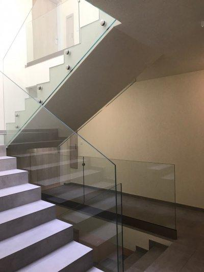 Üvegkorlát - előszoba ötlet, modern stílusban