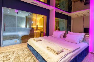 Hálószobából nyíló wellness üvegfallal - háló ötlet, modern stílusban