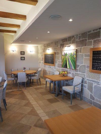 Hazai fejlesztésű természetes kő hatású beton burkolat. - konyha / étkező ötlet, modern stílusban