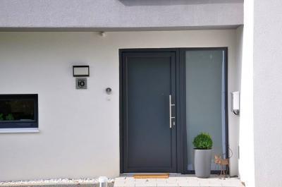 Bejárati ajtó sötét színben - bejárat ötlet, modern stílusban